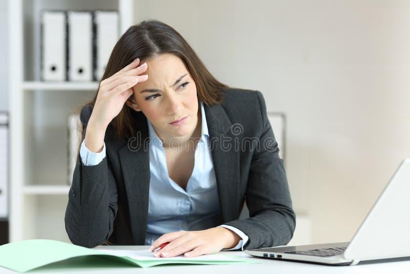 Trabalhador de escritório preocupado que olha o lado foto de stock