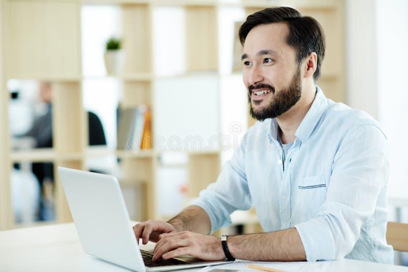 Trabalhador de escritório que consulta fotografia de stock royalty free