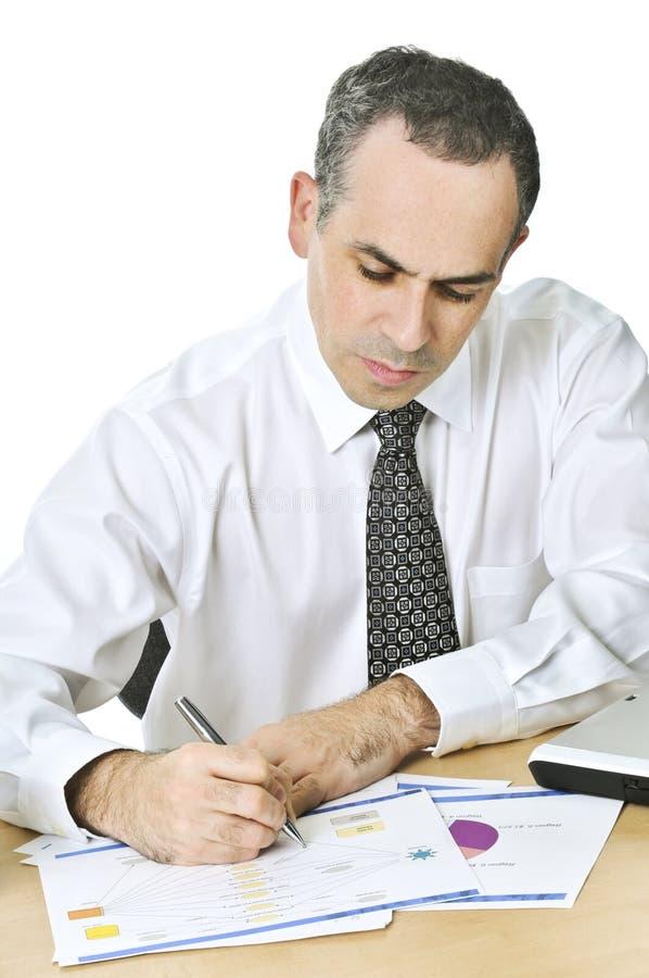 Trabalhador de escritório que estuda relatórios foto de stock
