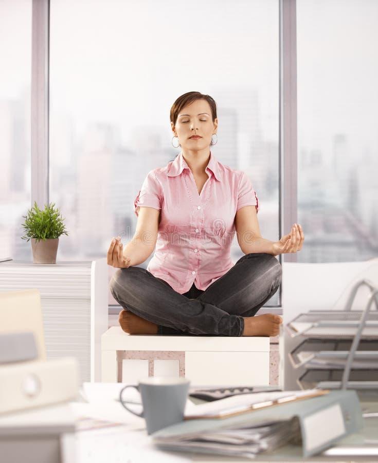 Trabalhador de escritório que meditating fotografia de stock royalty free