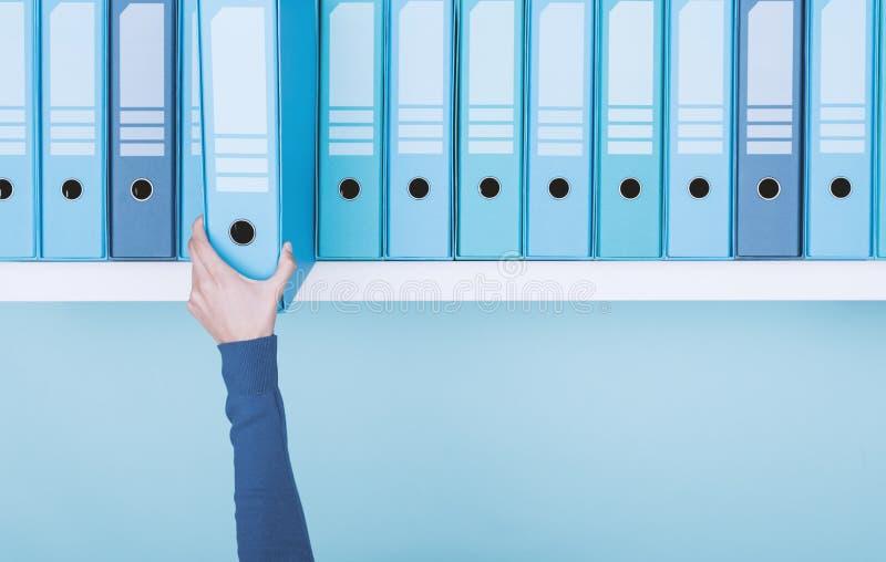 Trabalhador de escritório que toma um dobrador no arquivo imagens de stock