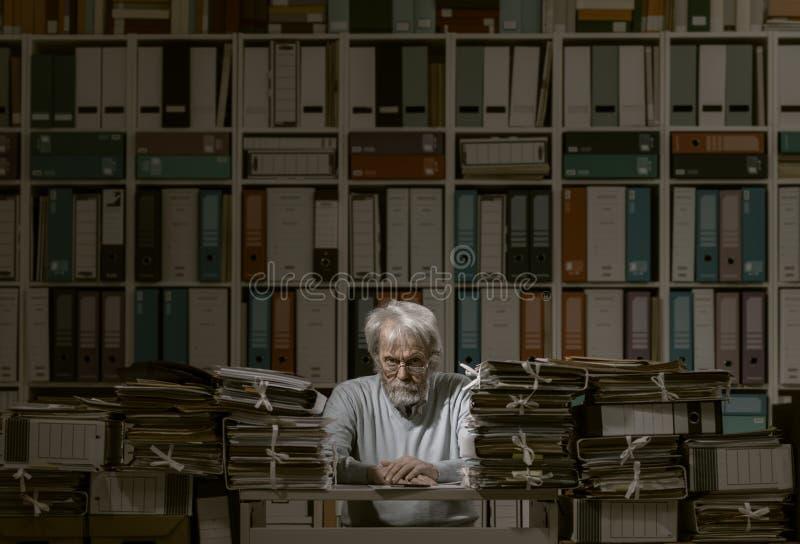 Trabalhador de escritório sobrecarregado no trabalho imagens de stock