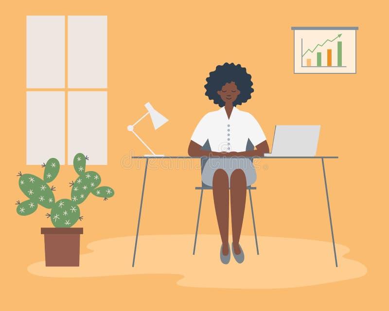 Trabalhador de escrit?rio no local de trabalho A mulher negra nova está sentando-se na mesa na sala amarela do escritório ilustração royalty free
