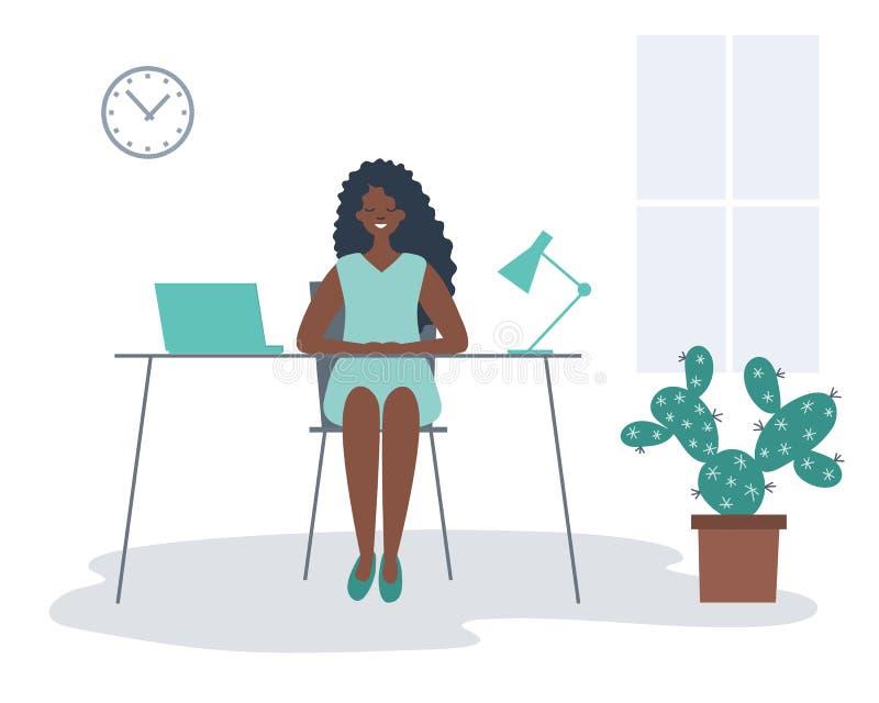 Trabalhador de escrit?rio no local de trabalho A mulher negra nova está sentando-se na mesa na sala do escritório ilustração stock
