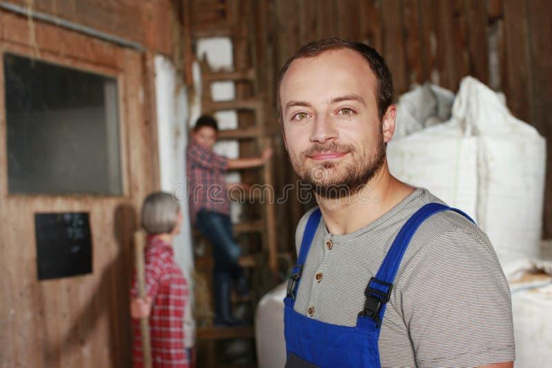 Trabalhador de exploração agrícola novo no celeiro fotos de stock royalty free