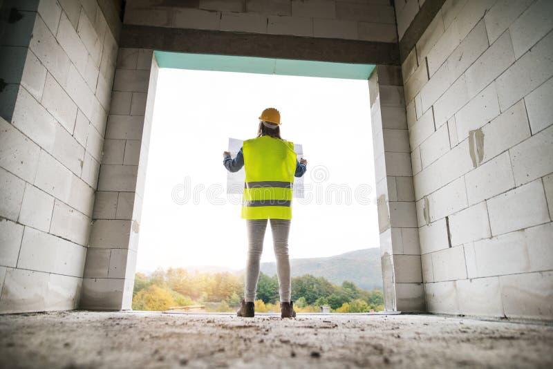 Trabalhador de jovem mulher no terreno de construção fotografia de stock royalty free
