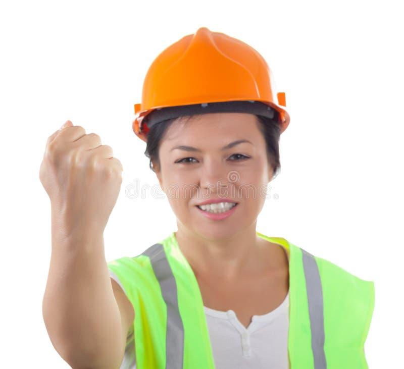 Trabalhador de mulher atrativo mau no revestimento da segurança e no amarelo Helme fotografia de stock