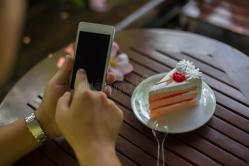 Trabalhador de mulher de feliz com caderno e telefone imagens de stock royalty free