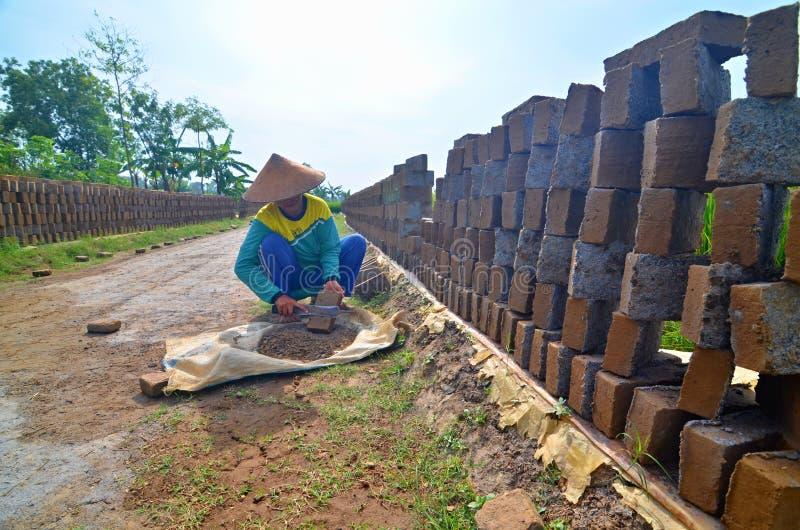 Trabalhador de mulher na fábrica do tijolo foto de stock royalty free