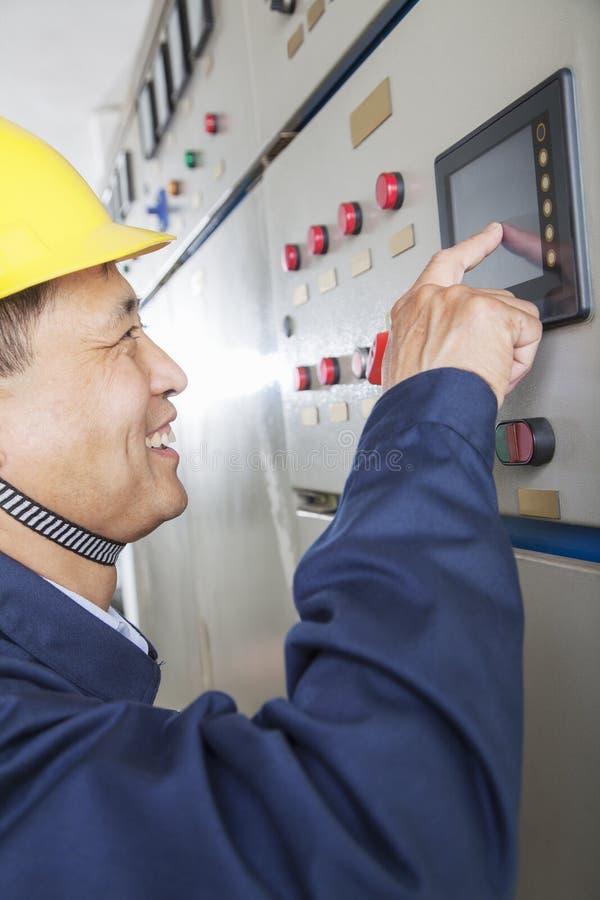 Trabalhador de sorriso que verifica controles em uma planta de gás, Pequim, China imagens de stock royalty free