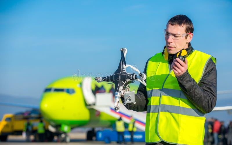 Trabalhador do aeroporto com zangão deixado de funcionar imagens de stock royalty free