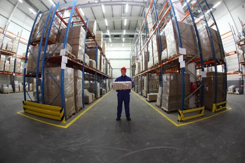 Trabalhador do armazém com caixa fotografia de stock