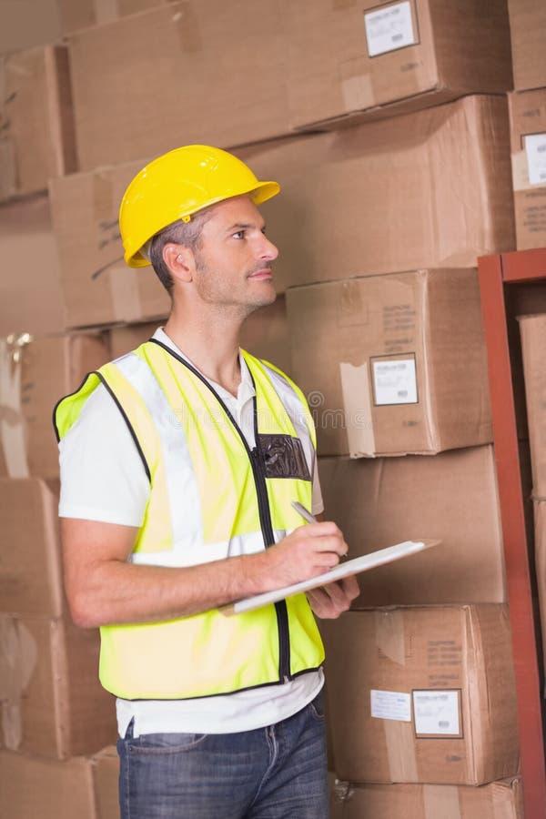 Trabalhador do armazém com prancheta fotografia de stock