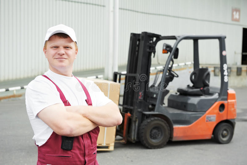 Trabalhador do armazém na parte dianteira foto de stock royalty free