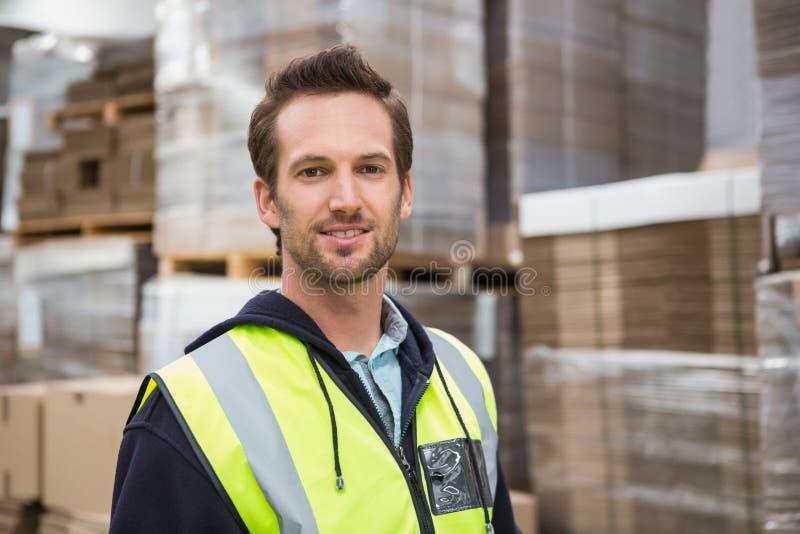 Trabalhador do armazém que sorri na câmera imagem de stock royalty free