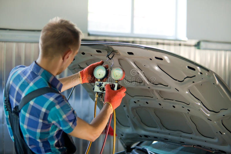 Trabalhador do auto mecânico na garagem fotos de stock royalty free