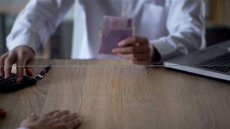 Trabalhador do banco que conta euro para a transação de troca, divisa estrageira, crédito foto de stock royalty free
