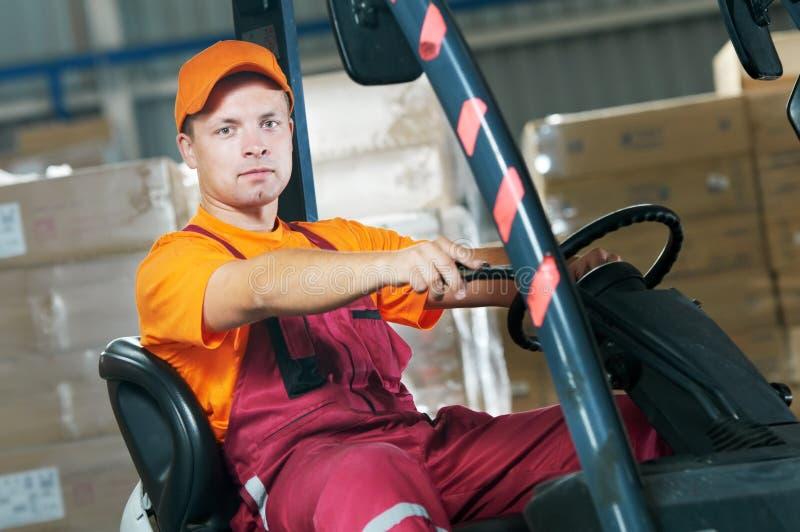 Trabalhador do carregador do forklift do armazém imagem de stock