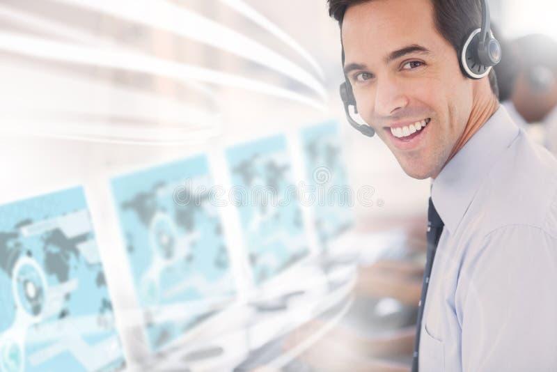 Trabalhador do centro de atendimento que usa o holograma futurista da relação fotografia de stock royalty free