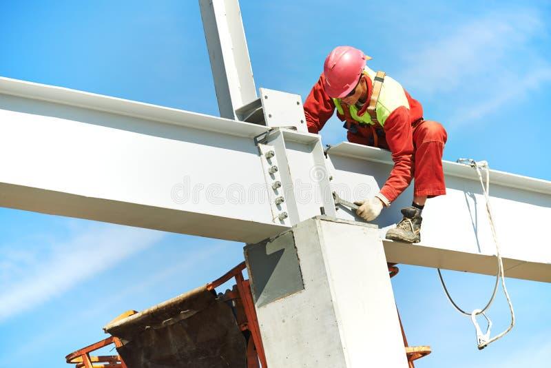 Trabalhador do construtor de moinhos do construtor no canteiro de obras imagens de stock