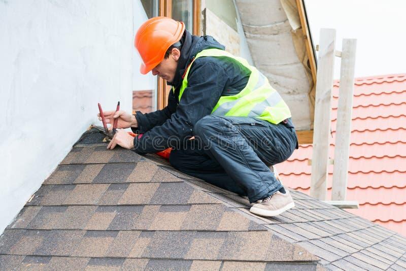 Trabalhador do construtor do Roofer fotografia de stock royalty free