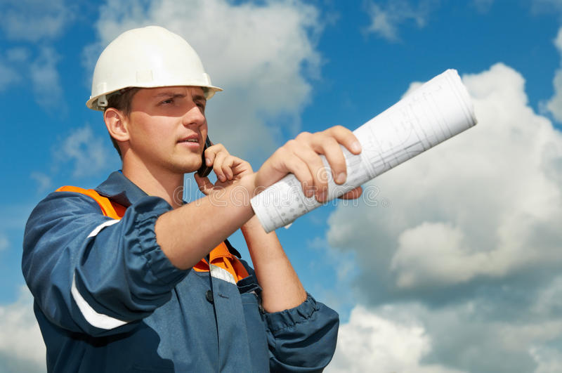 Trabalhador do construtor no canteiro de obras imagem de stock