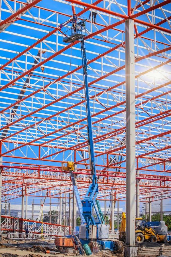 Trabalhador do construtor no equipamento de proteção da segurança com elevador foto de stock royalty free