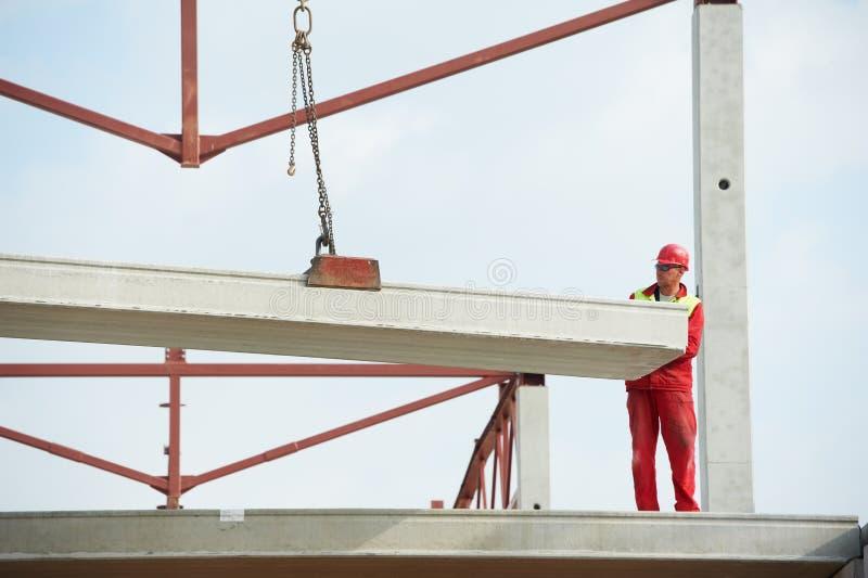 Trabalhador do construtor que instala a laje de cimento imagens de stock