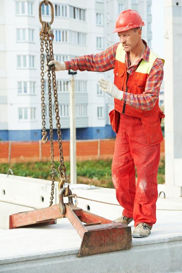 Trabalhador do construtor que instala a laje de cimento foto de stock