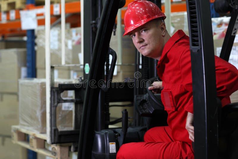 Trabalhador do excitador no capacete vermelho do uniforme e de segurança imagem de stock