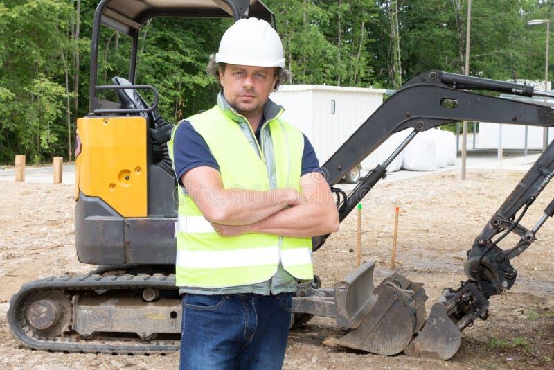 trabalhador do homem da construção no canteiro de obras real fotos de stock