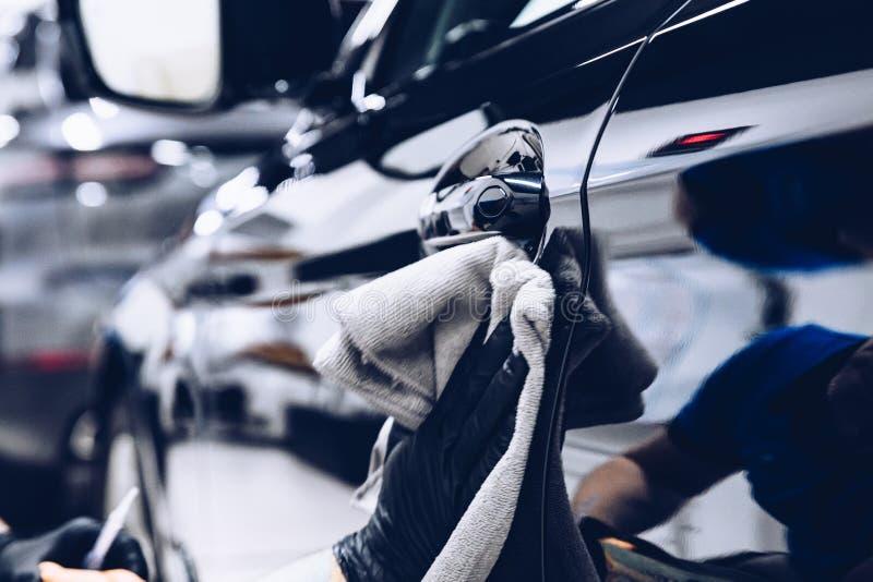 Trabalhador do homem no carro de lustro da lavagem de carros com pano imagem de stock royalty free