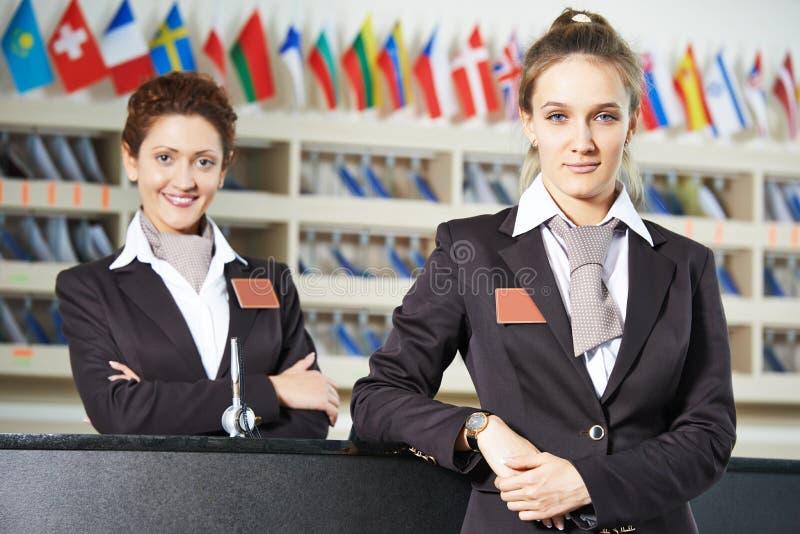 Trabalhador do hotel na recepção fotografia de stock