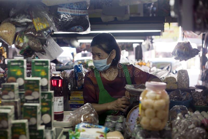 Trabalhador do mercado em Chiang Mai, Tailândia fotos de stock royalty free