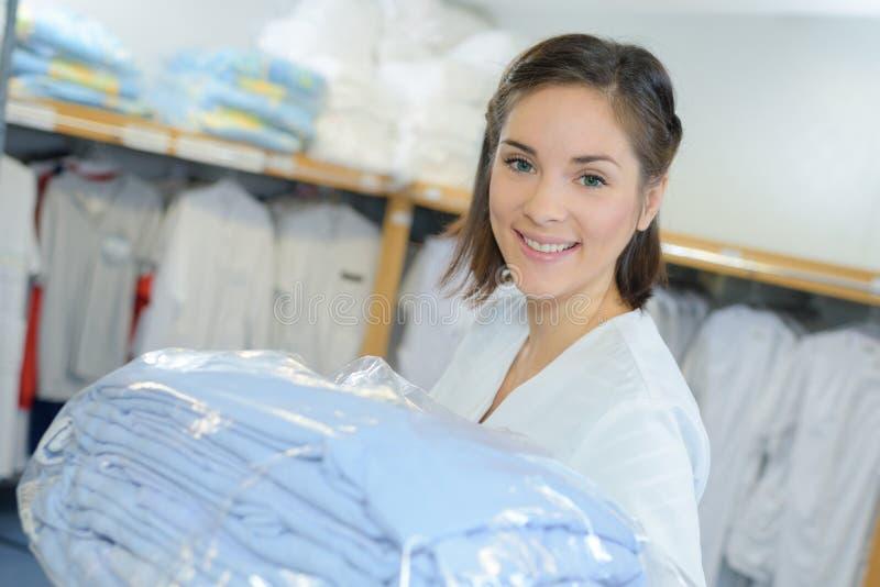 Trabalhador do retrato que põe a lavanderia ausente no hospital fotos de stock
