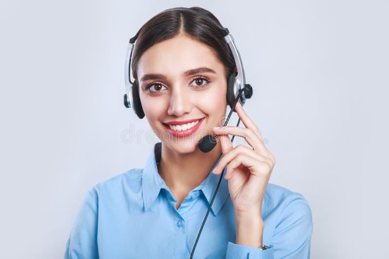 Trabalhador do serviço ao cliente da mulher, operador de sorriso do centro de atendimento com auriculares do telefone imagem de stock
