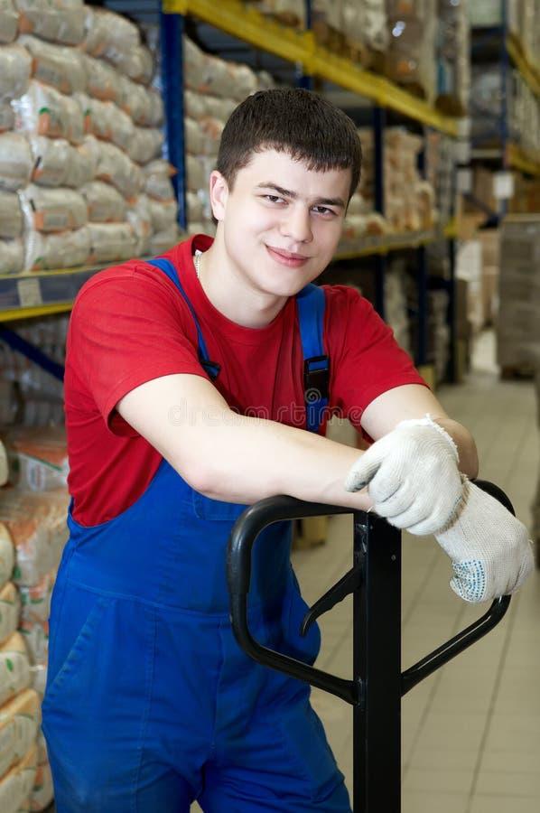 Trabalhador do smiley no armazém imagens de stock royalty free