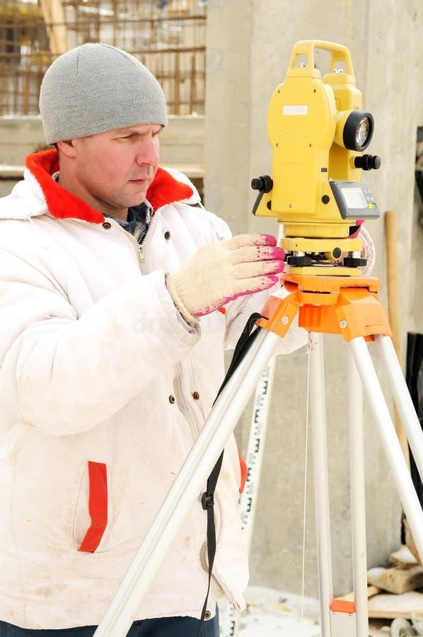 Download Trabalhador Do Topógrafo Na Construção Foto de Stock - Imagem de medida, tamanho: 12809956