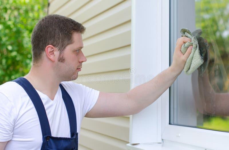 Trabalhador a domicílio com pano imagem de stock
