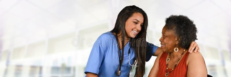 Trabalhador dos cuidados médicos e mulher idosa imagem de stock royalty free