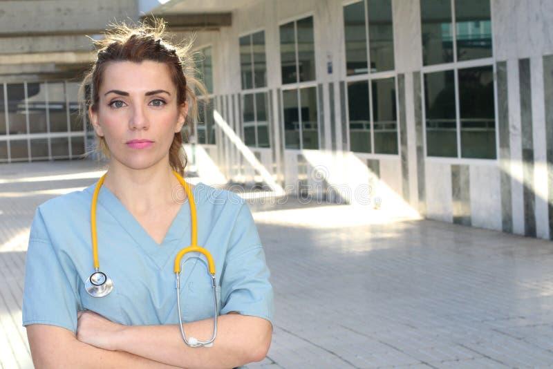 Trabalhador dos cuidados médicos na entrada do hospital com espaço da cópia imagens de stock royalty free