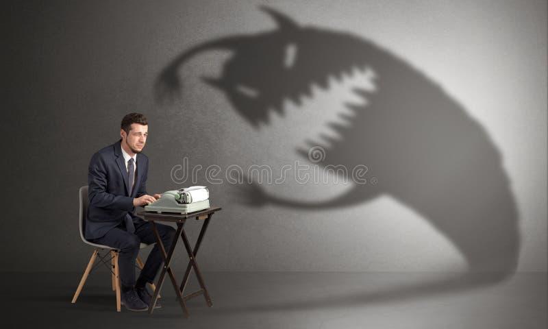 Trabalhador duro receoso do monstro assustador imagens de stock