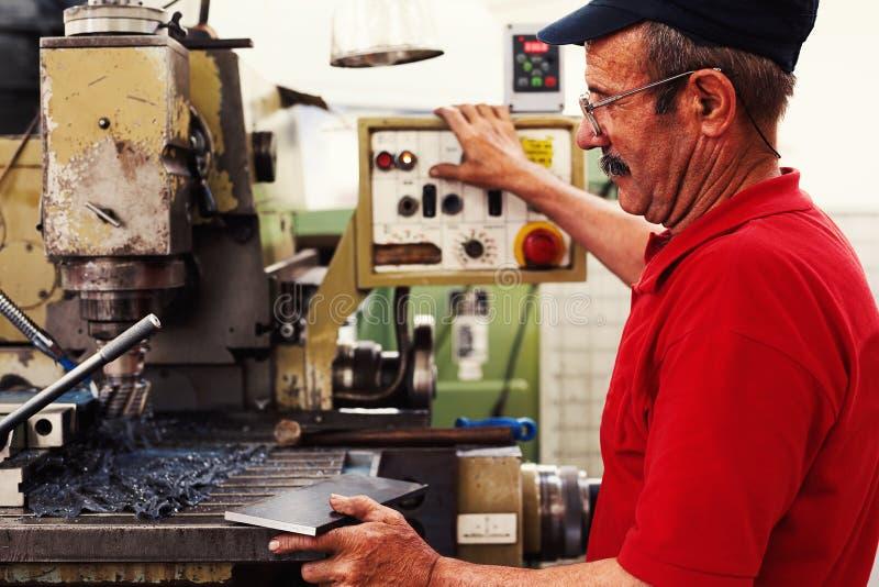 Trabalhador e sua máquina fotografia de stock royalty free