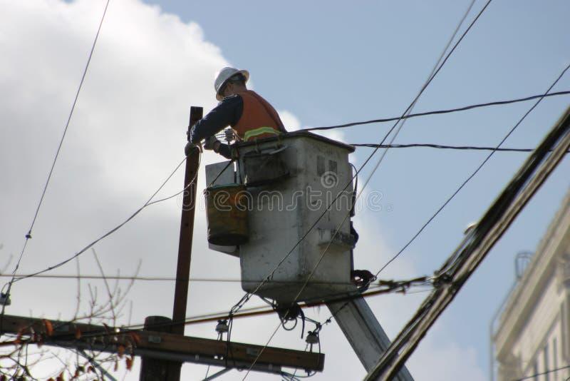 Trabalhador elétrico em um elevador imagens de stock
