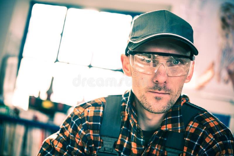 Trabalhador em óculos de proteção da proteção imagens de stock