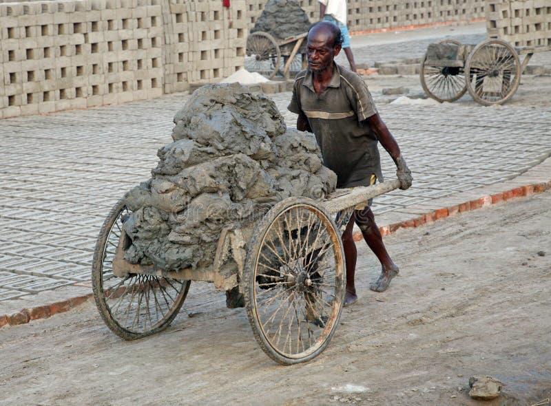 Trabalhador em um brickyard imagens de stock
