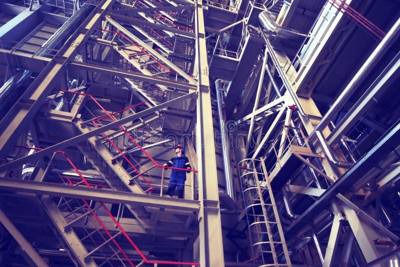 Trabalhador em um capacete na fábrica Foto tonificada no estilo retro fotos de stock royalty free
