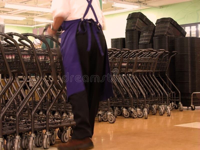 Trabalhador em um supermercado imagem de stock