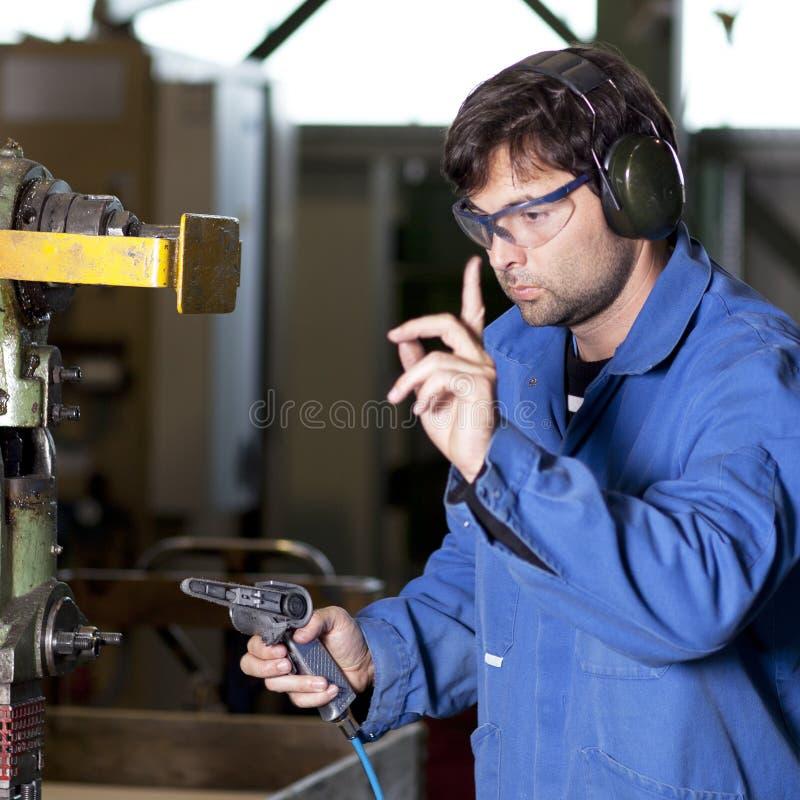 Trabalhador em uma fábrica imagens de stock