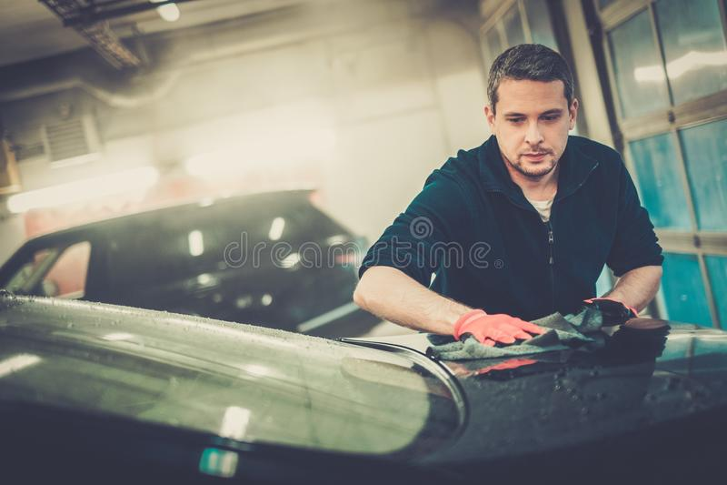 Trabalhador em uma lavagem de carros imagens de stock